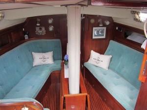 Salong med god plass. Salongen på styrbord side kan gjøres om til køyeseng med sjøkøyer