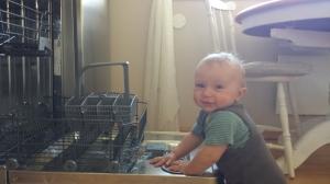 """Oppvaskmaskinen er nesten mer BLÆH enn støvsuging...En """"hjelpende"""" barnehånd kommer godt med!"""