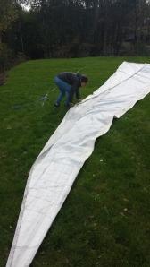 Kjekt med stor plen, når over 100 m2 med seil skal brettes!