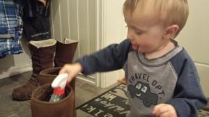 Troy har som hobby å putte diverse, oppi skoene våre. Jeg har lett etter tannbørsten hans i 3 dager. Fant den endelig...nedi en av mine vintersko. Det ville aldri skjedd med sandaler!!!!